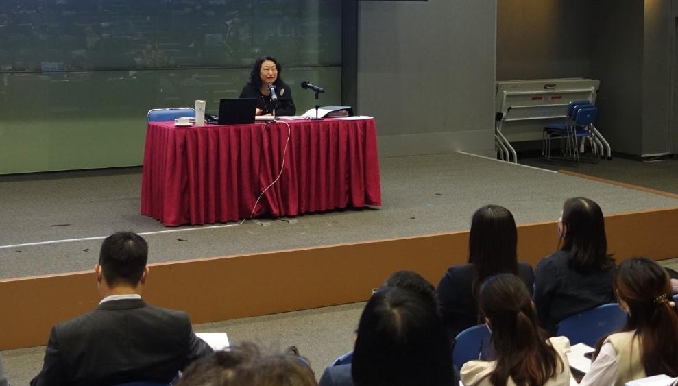 香港律政司司长向教师讲解法治