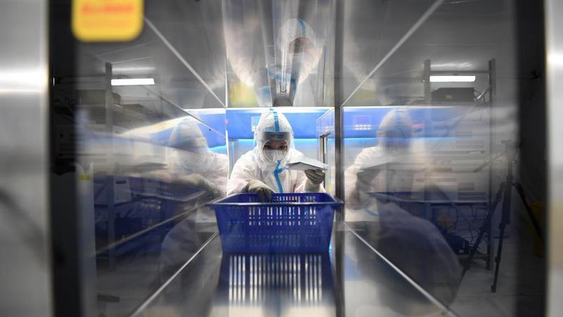 """病毒""""猎手"""":走进""""猎鹰""""号硬气膜实验室"""