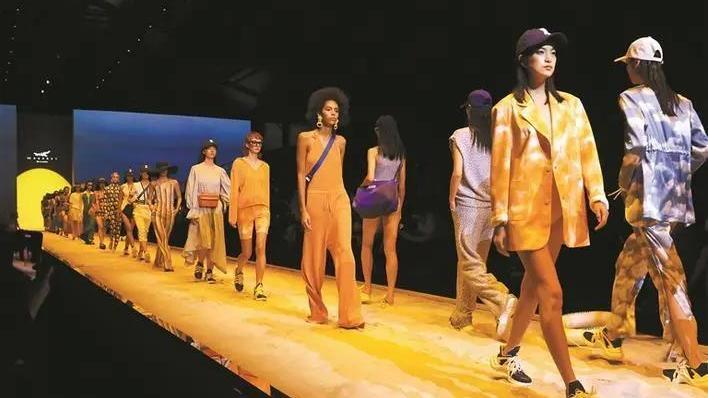 深新早点丨深圳时装周2022春夏系列开幕,百场大秀和创意活动掀时尚风潮