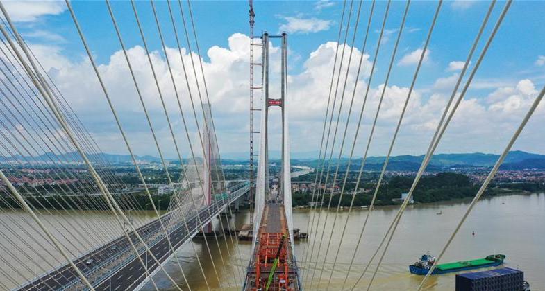 广州南沙港铁路跨西江特大斜拉桥完成斜拉索吊装