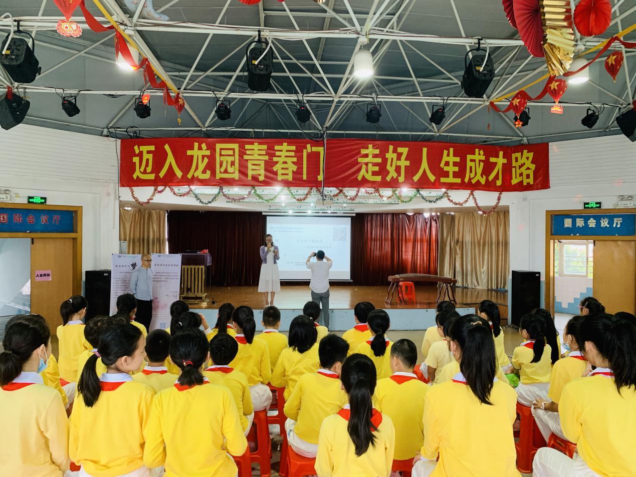 爱国诗词讲座暨爱国诗词音乐朗诵会在龙园外语实验学校成功举办