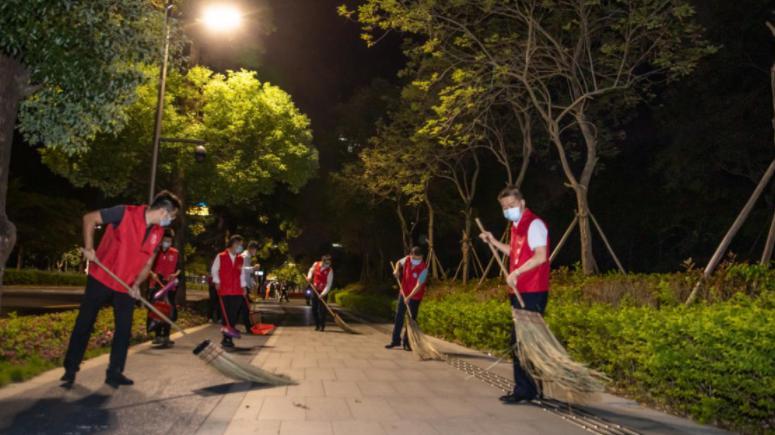 环卫工人节期间深圳联合爱心企业开展替岗慰问活动