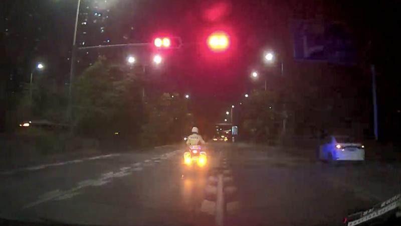 这位深圳司机连闯红灯,不但没被罚,铁骑还给他开道!