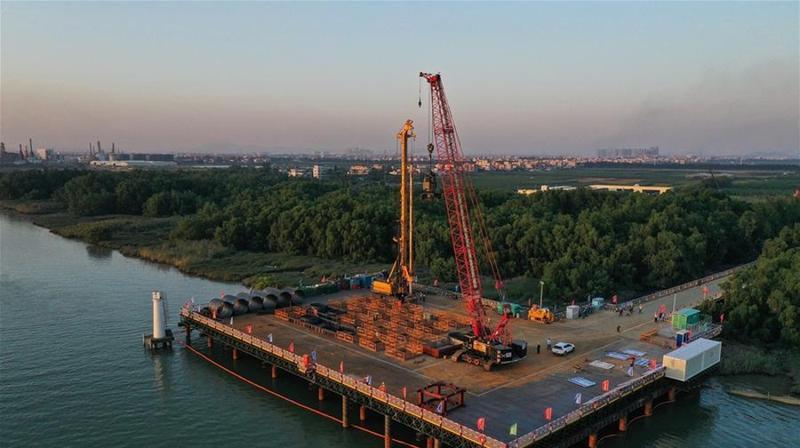 粤港澳大湾区:南中高速洪奇门特大桥海中主墩开钻