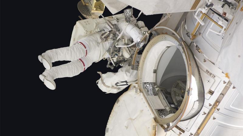 宇航员为国际空间站裂缝打补丁:漏气速度加快,疑遭陨石撞击