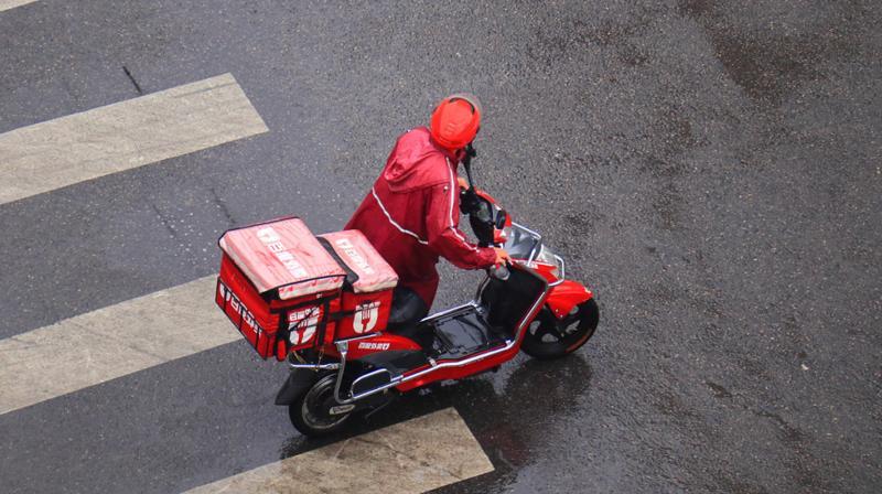 外卖员送餐途中撞伤路人 外卖平台方担责赔20万