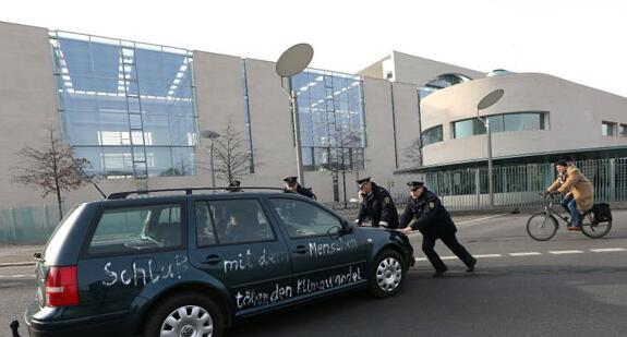 男子驾车冲撞德国总理府大门 四年前曾做类似事件