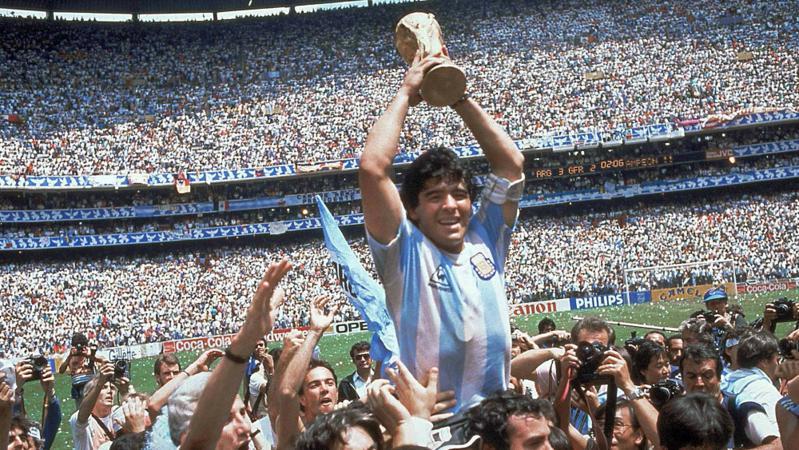 阿根廷球王马拉多纳因心脏骤停去世,享年60岁