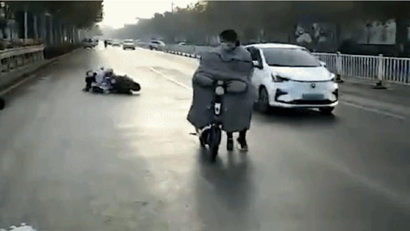 """零下4℃洒水车工作致路面变""""溜冰场"""" 当地回应"""