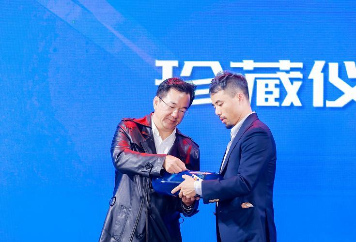 读特与深圳新闻网负责人蓝岸和时空胶囊(深圳)科技有限公司 CEO李海一进行时间胶囊珍藏