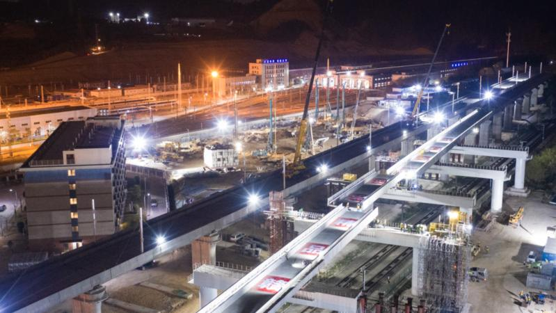 国内首次上跨广深港高铁箱梁横移施工全部完成