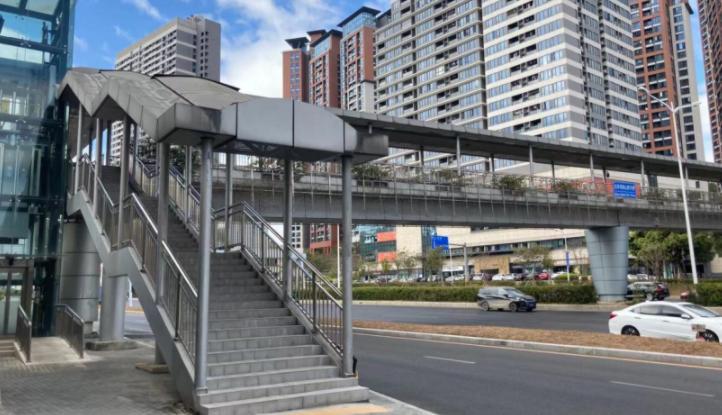 形同虚设?部分便民天桥电梯长时间未开通、无照明设施
