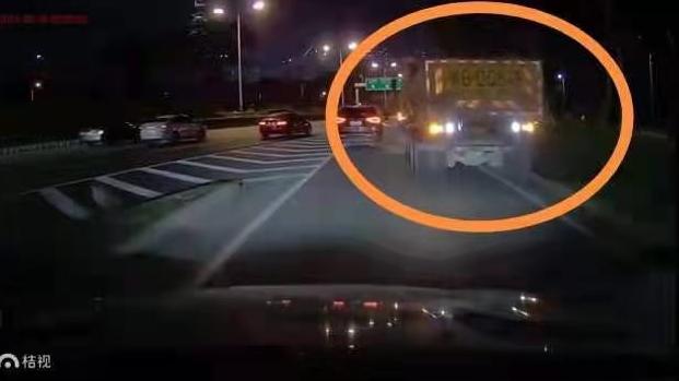 滨海大道上倒车,深圳泥头车司机被停驶15天