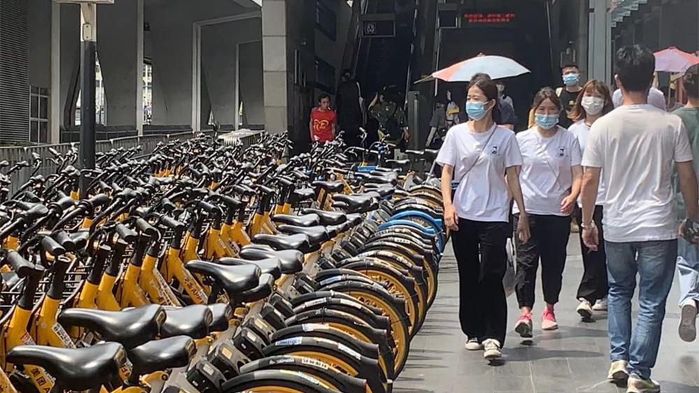 """围堵地铁口 共享单车成了""""霸道单车"""""""