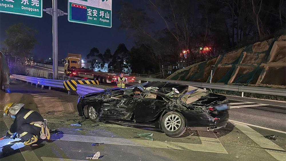 """车祸现场 消防员喊话重伤司机""""千万不要睡!"""""""