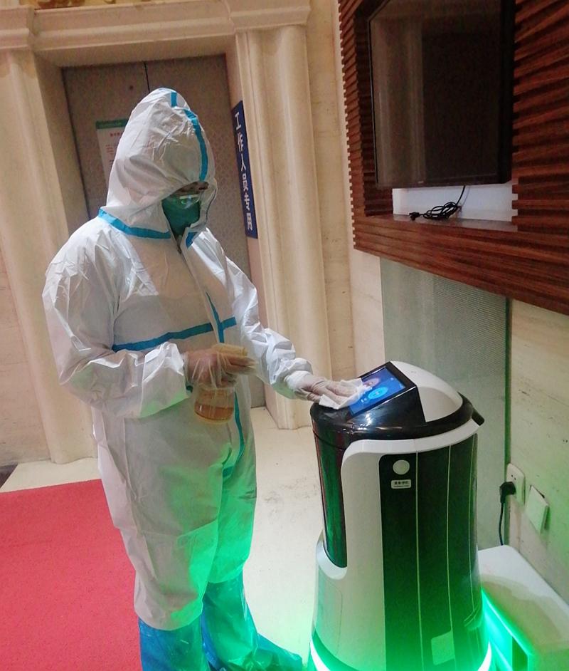 """防疫新""""成员""""亮相!平湖华南城维也纳健康驿站率先使用智能配送机器人"""