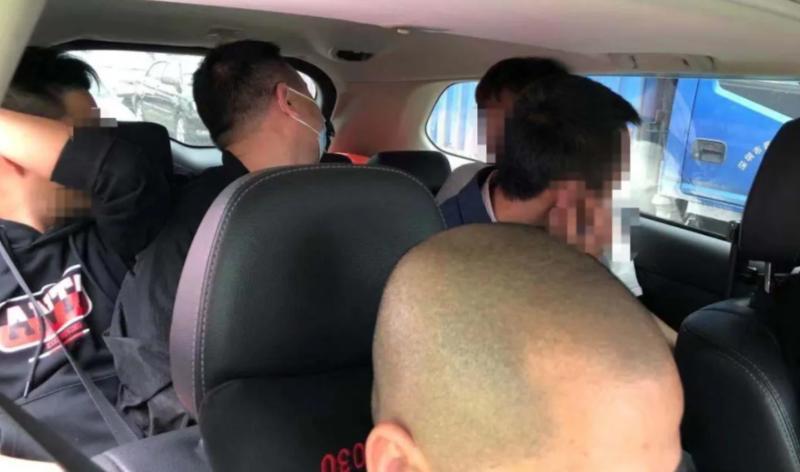 5座小车挤7名壮汉!有人竟蜷缩在后备厢……