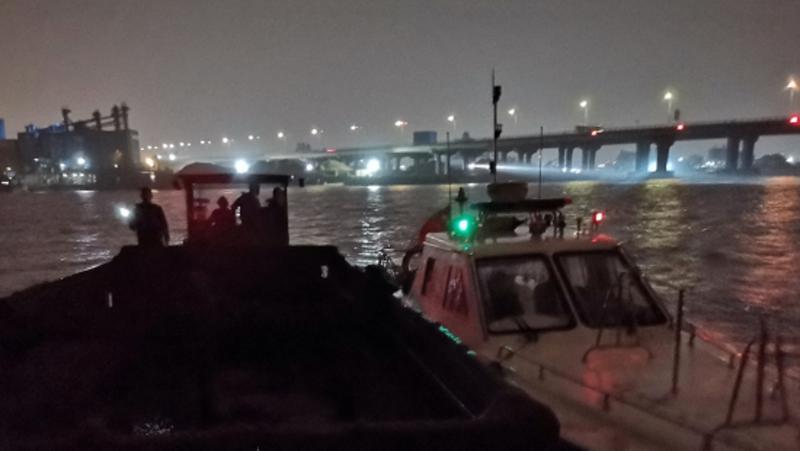 雨夜伏击,一船舶深圳西部海域非法倾废被查
