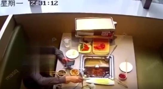 知名火锅店吃到蟑螂?龙岗一男子索赔结果被行拘,监控视频揭露答案