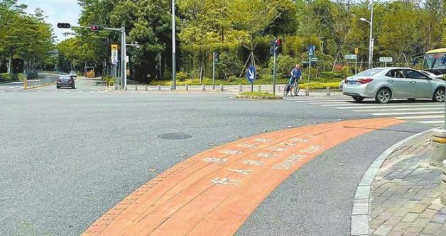 """路口的""""弯月""""你不要踩!转弯危险区警示带将逐步在全市推广"""