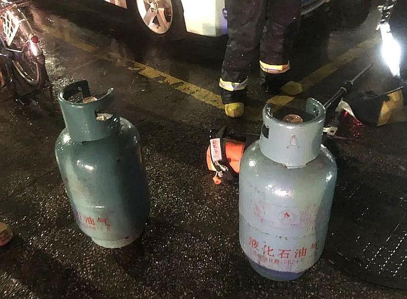 珠海一家五金店凌晨起火 !现场清理出这些易燃物……