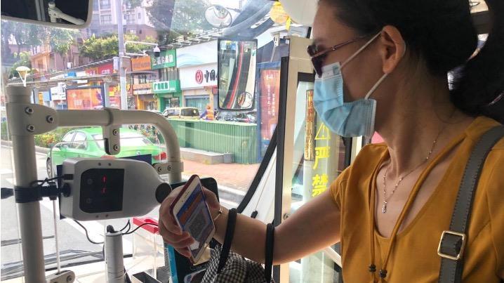 珠海公交车新增自动测温仪,乘客这个动作完成测温