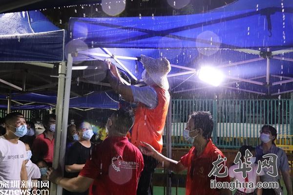 """风雨不摧!福城街道福民社区雨中撑起""""连心廊"""""""