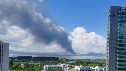 突发   深圳湾对岸浓烟滚滚,港媒称天水围一塑胶厂着火
