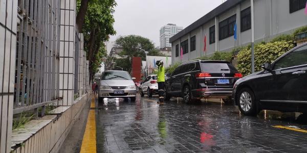 赴考遇高峰暴雨 罗湖交警为中考考生开辟绿色通道