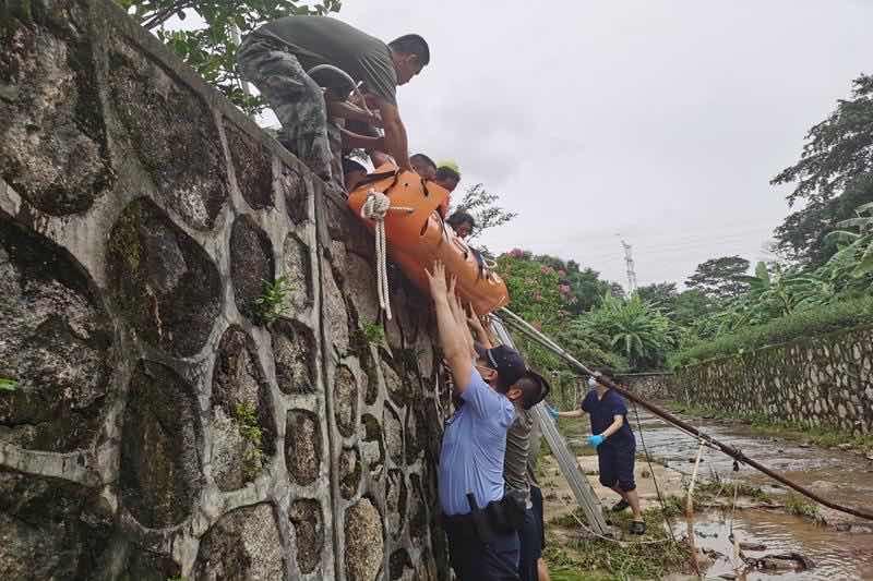 男子不慎坠落2米深河道 南山警民合力紧急救援
