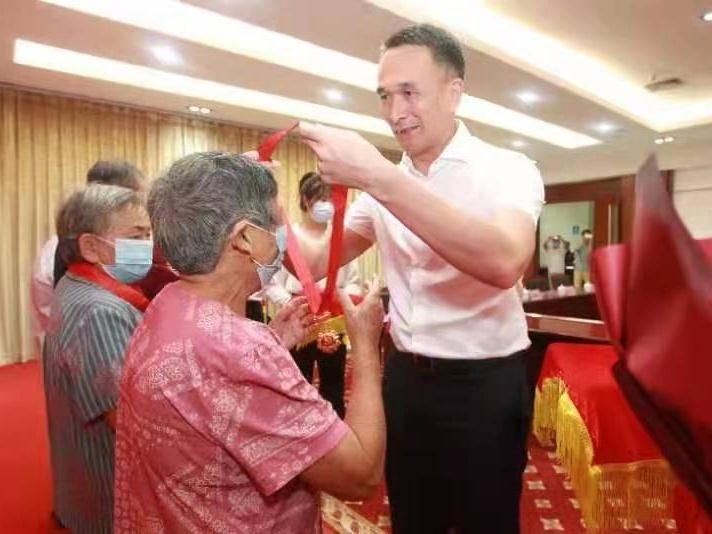 东莞市樟木头镇为20名老党员代表颁发纪念章