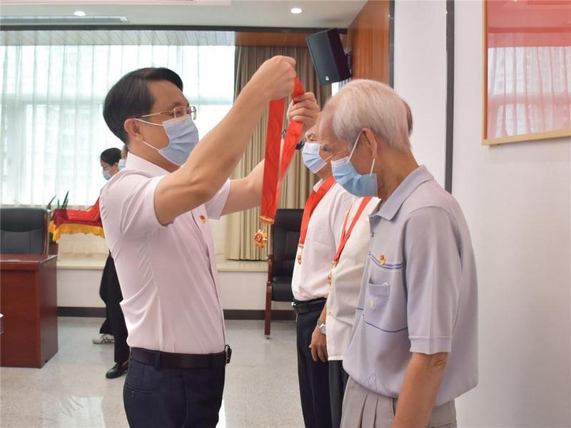 """东莞市石龙镇358名老党员获颁""""光荣在党50年""""纪念章"""