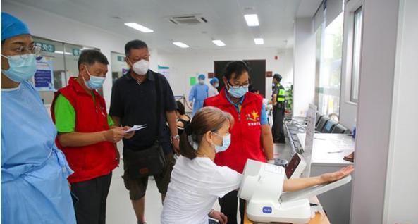绿色通道、测血压…盐田为老人疫苗接种提供贴心服务