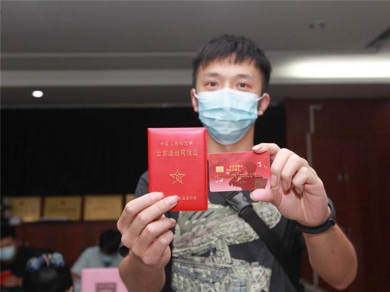 """东莞市樟木头镇:邮政储蓄上门为退役军人办""""红卡"""""""