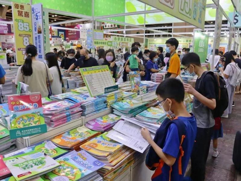 疫后香港书展魅力不减,有市民连续九届抢排头位!