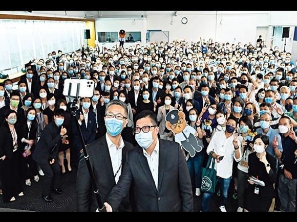 邓炳强出席警总欢送会,与400名同袍及新任港警一哥自拍