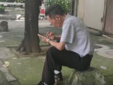 老人凌晨三点起床玩手机,这般网瘾似曾相识?