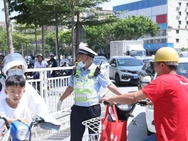 """感动!惠州这个退休""""红绿灯"""",人民日报都点赞了"""