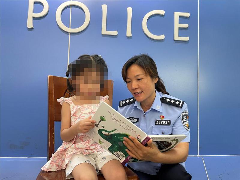 4岁走失儿童一言不发,警察用绘本温柔安抚问出家庭信息