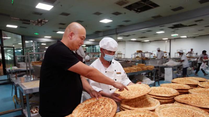 深圳援疆企业向郑州灾区捐赠一万个馕和一批物资