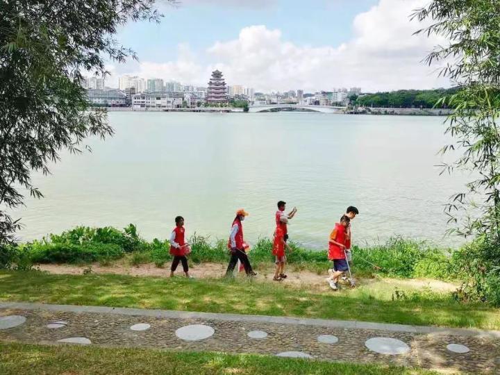 """惠州市惠城区""""河小青""""助力整治东江沿岸,深入宣传垃圾分类"""