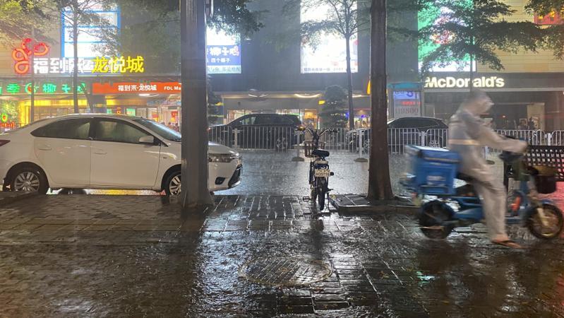深圳发布分区暴雨橙色预警 强降雨将持续1-2小时