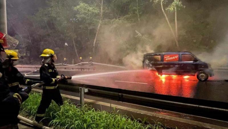 IN视频|面包车行车过程中有异响自燃起火 司机弃车报警