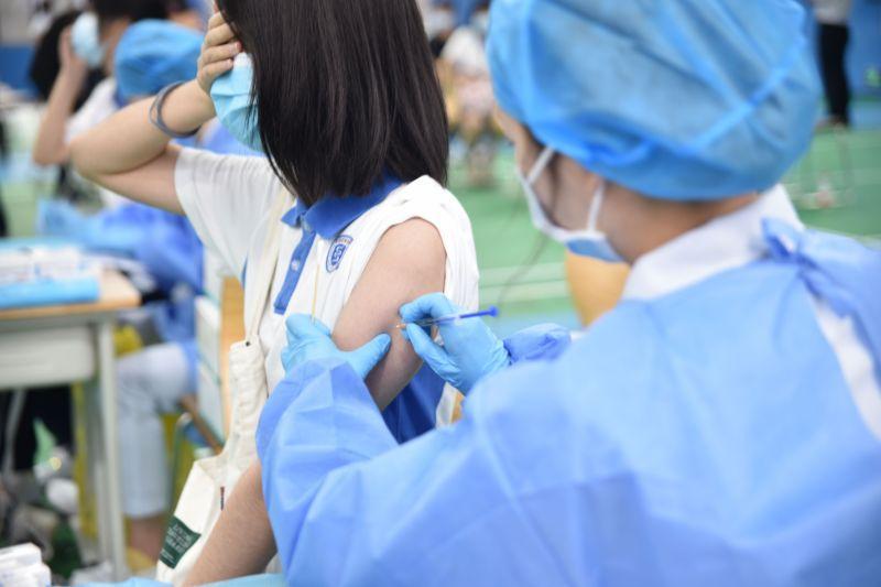 记者现场直击首批罗湖12-17岁学生新冠疫苗接种