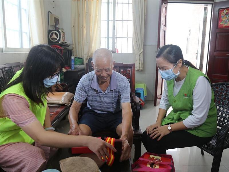 东莞正阳社工党支部联合爱心企业慰问退役军人