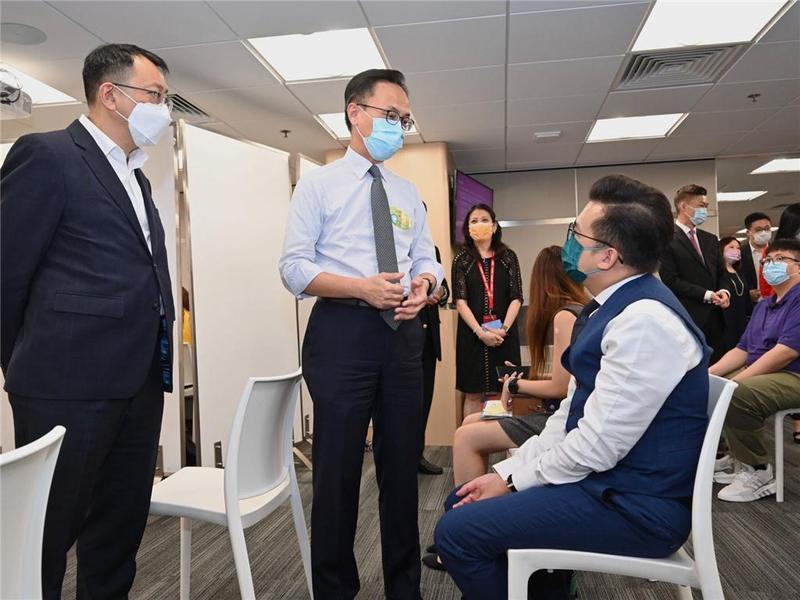 香港公务员事务局局长鼓励企业接种新冠疫苗