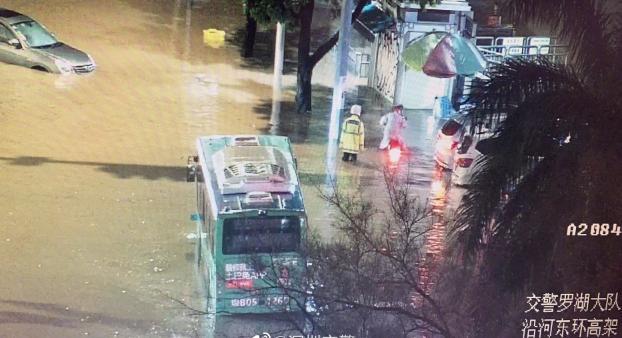 暴雨淹了沿河路东环高架桥下6辆车!交警提醒雨天行车要注意这一点