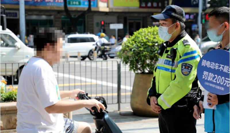 重要提醒:快递外卖小哥骑电动车不戴头盔,2天后予以处罚!