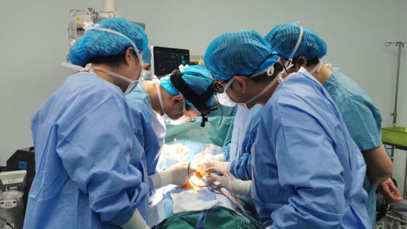 """罕见病!新生儿气管被""""长歪""""的肺动脉""""卡住"""",医生为他""""补心"""""""