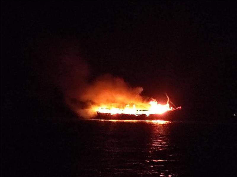 海上渔船突发大火,广东海警鏖战5小时终扑灭